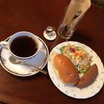 ローズマリー - 料理写真:モーニングAセット  ブレンド450円 日替わりパンのロールパンと黒糖ぶどうパン