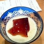 口福 - 付き出しのお豆腐。出汁醤油?のジュレに削り柚子