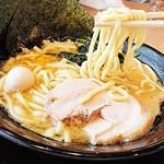家系ラーメン 町田商店 - ウェーブのかかった太麺が濃いスープを絡め上げる