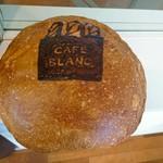 103352453 - 店内に置いてあるパン(本物)