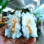 ブルースカイ 中部空港 中央ゲート店 - おにぎりQ(ふっくら製法)鮭、税別130円(シノブフーズ)