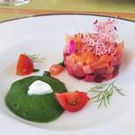 カーロ・エ・カーラ - サーモンとビーツのタルタル   緑のスープ マスカルポーネ
