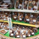 道の駅 伊豆のへそ - 入口入ってすぐの椎茸コーナー。大きいです