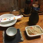 酒処かくえい - 普通酒の燗(小)400円とお通し300円