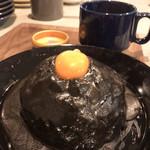 103382023 - スパイシーチーズキーマカレーネロ 1100円(税込)                       スープ/漬物付き