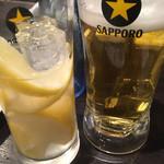 仙台ホルモン・焼肉 ときわ亭 - レモンサワーと生ビール(一口飲んだ)