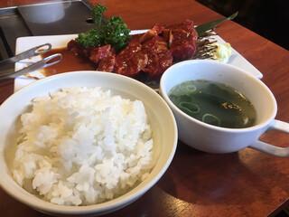 めいげつ - ご飯とわかめスープ ご飯のおかわりは可能