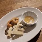リングラッツェ - ゴルゴンゾーラチーズ。小さなプリッツェルみたいなものと蜂蜜がついてきます。