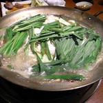 味味 - もつ鍋、煮込むとこんなふうにしなってきます。もう少しで完成