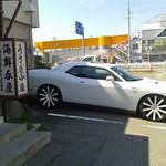 海鮮呑屋 うさぎ小屋 - 狭い駐車場、頭が通りにw