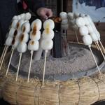 高丸商店 - 料理写真:手焼きされているだんご
