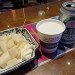 度小月 - 筍サラダ(180元)と台湾ビール(60元)