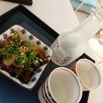和の間 - 日本酒「花風月」840円と牛煮込み(420円)
