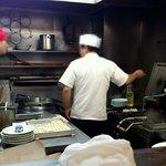 豊洲ラーメン - 厨房内。