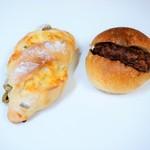 ブーランジェリー ブリュン - オリーブチーズ(左)&メンチカツパン