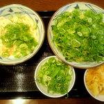丸亀製麺 - 右:ぶっかけうどん(大) 左:釜玉うどん(並)