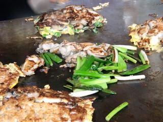 タマちゃん - 焼いている途中のカキ&ネギ(鉄板焼き)
