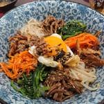韓国大衆料理 梁家 - 料理写真:ビビンバ定食800円 おかず4品、味噌汁、ビビンバ