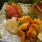 魚がし寿司 - (右上から時計回りに)カンパチ、中トロ、スズキ、アカ貝