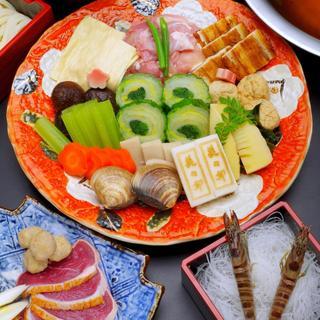 季節の食材を別添えし、皿盛りでご提供する【うどんすき】