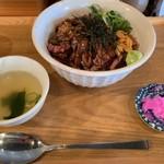 Shokudounikuzaemon - ステーキ丼にはスープとお漬物が付きますが、漬物はイマイチ。お箸でなく、スプーンがデフォルトです。