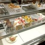 103525796 - レジ横ケーキのショーケース