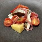 103531437 - 前菜:燻製ニシンとブラッドオレンジ チェリートマト 赤玉ねぎ じゃがいものサラダ仕立て
