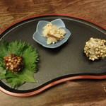 103540326 - 蕎麦前3点盛り(左から蕎麦味噌 、タラの親子漬け、わさび漬け)