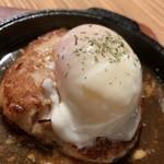 鶏焼きと餃子 チュンチュン亭 - つくね 温玉乗せ美味しい