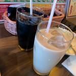 ガンジー - 食後の飲み物。 アイスコーヒーとアイスチャイ