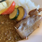 フジヤマ キッチン - 無添加ベーコンと彩り野菜のカレーライスのベーコン
