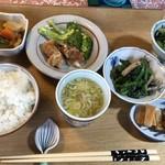 ふくろう - 料理写真:ランチは1種類のようです。珈琲も頂いて980円(税込)でした。 ◆品数もありますし、お野菜たっぷりでヘルシーで美味しそう。
