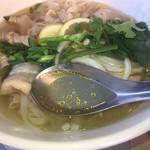 ホアンキエム カフェ - 途中からパクチーな香りのスープを味わう