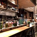 ベーカリー&レストラン 沢村 - カフェのカウンター席&パン売場