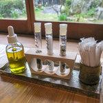 ごはん屋 格 - 卓上には3種類のお塩とオリーブオイル。
