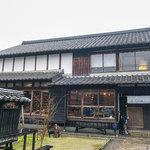 ごはん屋 格 - 糸島市本の「ゴハンヤ イタル」さん。雨の日も素敵な佇まい。