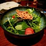 関内本店 月 - サラダ パリパリの野菜がいろいろ入ってました