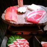 肉割烹 とらじ - 入り口のサンプル