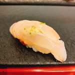 奴寿司 - クエ・中に雲丹が挟まってる