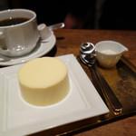 cheese and BAR - 濃厚チーズプリン500円。