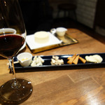 cheese and BAR - チーズの5種盛り1,500円。
