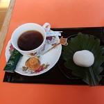 駒鳥売店 - 料理写真:コーヒーと柏餅