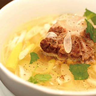 人気の「コムタンスープ」は、透明感のある上品でコクのある逸品