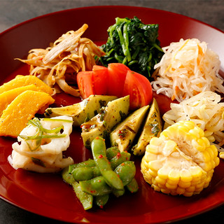 豪華!旬の野菜を使った約10種類の「ナムル盛合せ」をサービス
