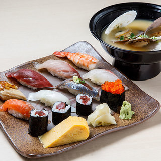 【ランチ】定食¥800、写真の寿司ランチは¥1000