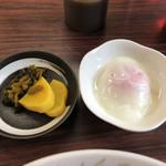 五芳斉 - 「五目そば+半焼き肉丼(小)セット」830円のお漬け物と温泉玉子