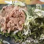 瓦そば専門店 瓦 - 瓦そば専門店 瓦 @芝公園 専門店の瓦そば てんこ盛りの刻み海苔をどけると豚肉とネギが現れます