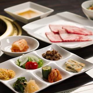 ランチには東京で大人気の韓流ビュッフェが登場!飲放題コースも