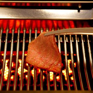 煙を抑え、肉の旨味を閉じめて焼き上げる「無煙水流式焼き台」