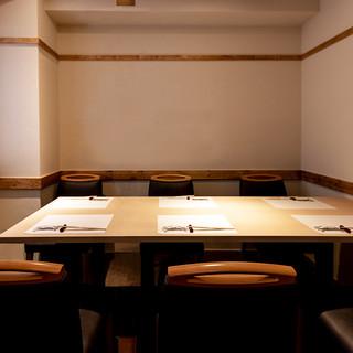 季節の移ろいを感じる清々しい完全個室はご会食やご接待に最適。